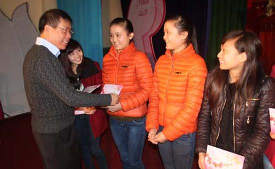 Tết ấm cho sinh viên nghèo, du học sinh Lào