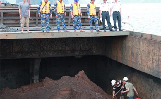 Bắt giữ tàu chở trên 3.000 tấn quặng không rõ nguồn gốc