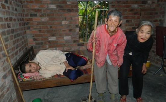 Hai cụ già đau đớn nhìn con chết mòn