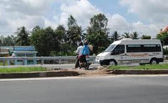 Nhức nhối tình trạng đập phá dãy phân cách để băng qua đường