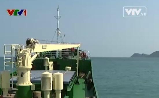 Hải quân vùng 5 tiếp tế cho tàu tìm kiếm máy bay mất tích