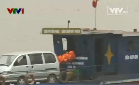 Vẫn lén lút chở ô tô qua sông Hồng dù bị cấm