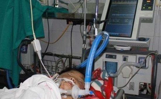Bố đẻ dùng điếu cày inox đánh con trai 8 tuổi đến bất tỉnh