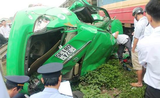 Taxi bị tàu hỏa đâm văng 20m, tài xế bị thương nặng