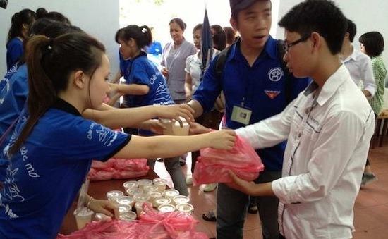 Phát cơm trưa miễn phí cho thí sinh thi ĐH-CĐ tại Hà Nội