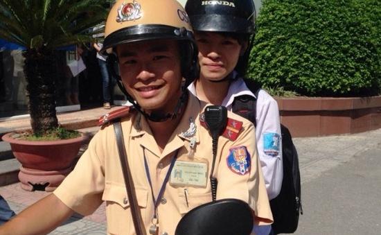 Cảnh sát giao thông Hà Nội giúp thí sinh lạc đường tới điểm thi