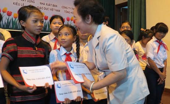 Phó Chủ tịch nước trao học bổng cho trẻ em nghèo hiếu học
