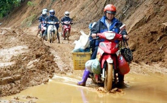 Giao thông các địa phương miền núi phía Bắc bị tê liệt vì mưa lũ