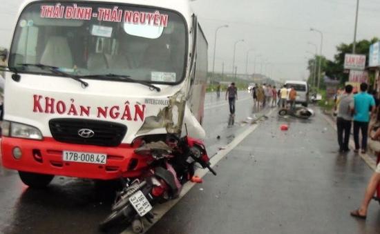 Xe khách vượt ẩu gây tai nạn liên hoàn khiến 3 người bị thương