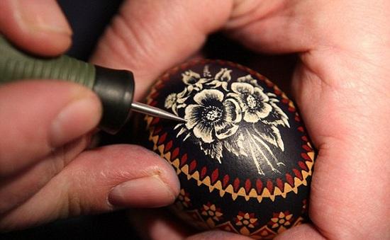 Tinh xảo nghệ thuật vẽ tranh lên… trứng