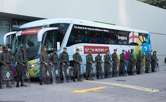 """Quân đội Brazil """"áp tải"""" ĐT Tam sư đến sân tập"""