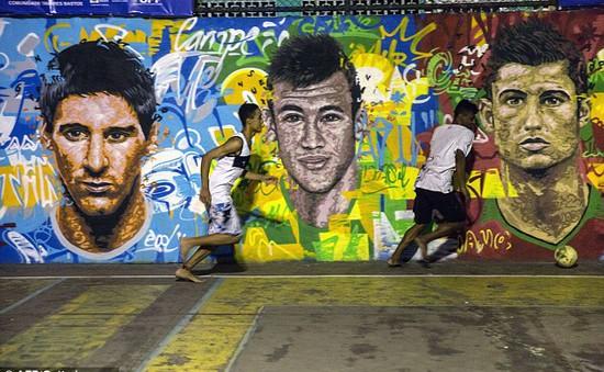 Tranh cổ động World Cup tràn ngập đường phố, tòa nhà ở Brazil