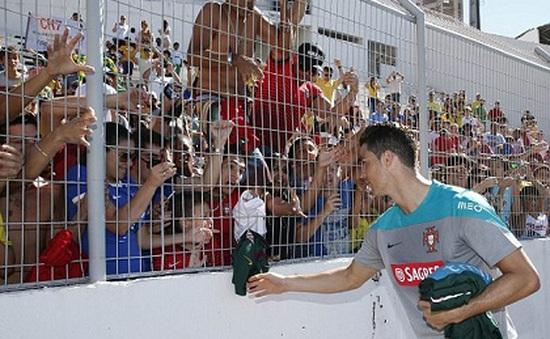 Tập tễnh rời sân tập, Ronaldo vẫn đủ sức ra sân trận gặp Đức