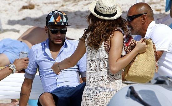 Đau lưng, Neymar nhăn nhó nhờ bạn gái dìu xuống thuyền