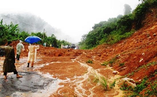 Hàng trăm du khách mắc kẹt do sạt lở đèo Khánh Lê