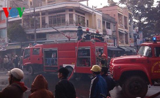 Cháy lớn gần trung tâm thương mại Kon Tum