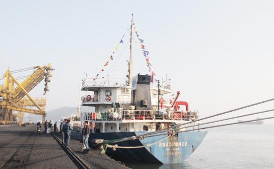 """Cảng Cẩm Phả đón tàu """"xông cảng"""" đầu năm"""