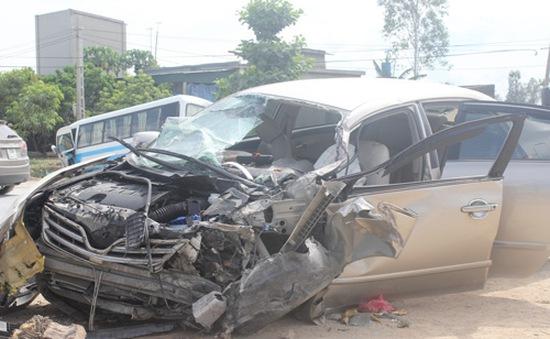 Ô tô va chạm xe khách, 1 người chết, 5 người bị thương