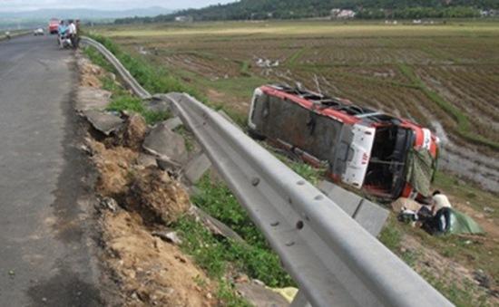 Xe khách lật nhào, 35 người may mắn thoát nạn