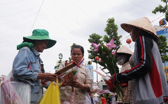 Người bán dạo đông hơn khách lễ chùa