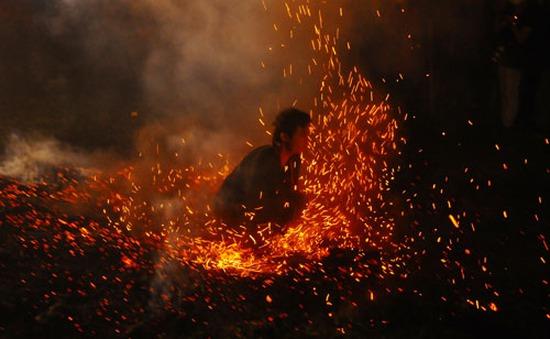 Màn biểu diễn chân trần nhảy vào lửa tại lễ hội