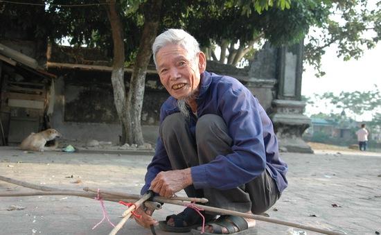 Cụ ông 90 tuổi còng lưng nuôi vợ