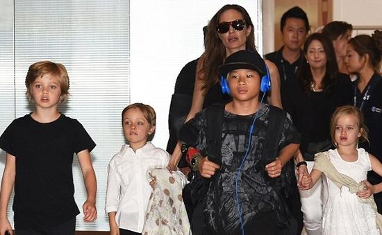 Mẹ con nhà Angelina Jolie khuấy động sân bay Nhật Bản