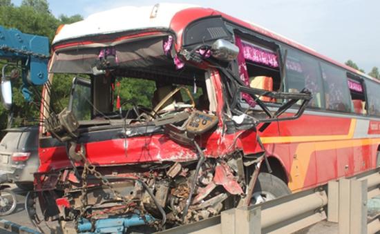 Xe khách đâm xe tải, 20 người nhập viện