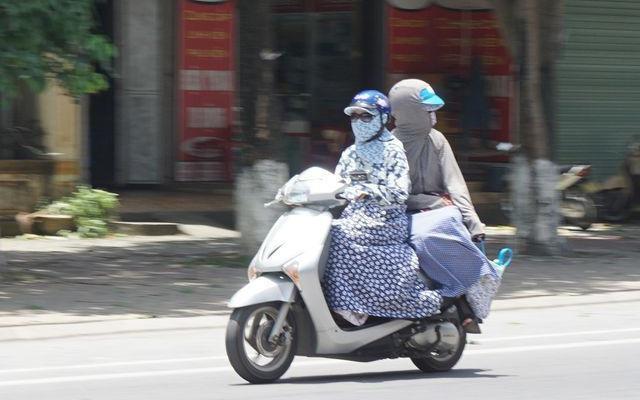 Áo chống nắng cuốn vào xe máy, một phụ nữ đang mang thai bị gãy xương
