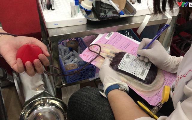 Nhân viên y tế hiến máu vì sức khỏe bà mẹ và trẻ sơ sinh