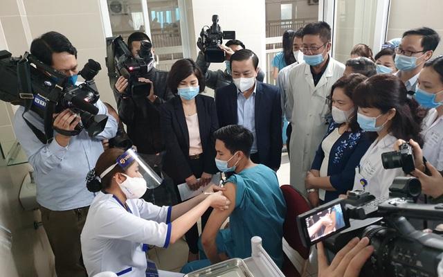 Ảnh: 30 cán bộ, nhân viên y tế Bệnh viện Thanh Nhàn tiêm vaccine phòng COVID-19
