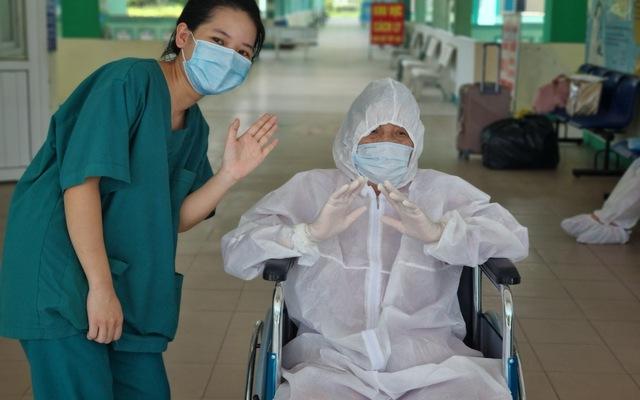 Bệnh nhân 81 tuổi mắc COVID-19 từng phải thở máy, lọc máu được xuất viện