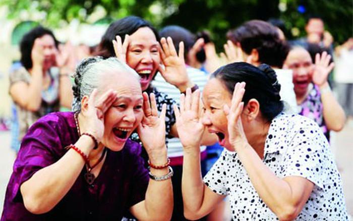 Tập yoga cười để cải thiện tâm lý | VTV.VN