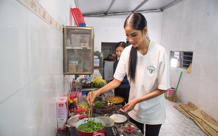 Ghé thăm nhà Hoàng Thùy ở Thanh Hóa trước khi cô lên đường thi Hoa hậu Hoàn vũ 2019