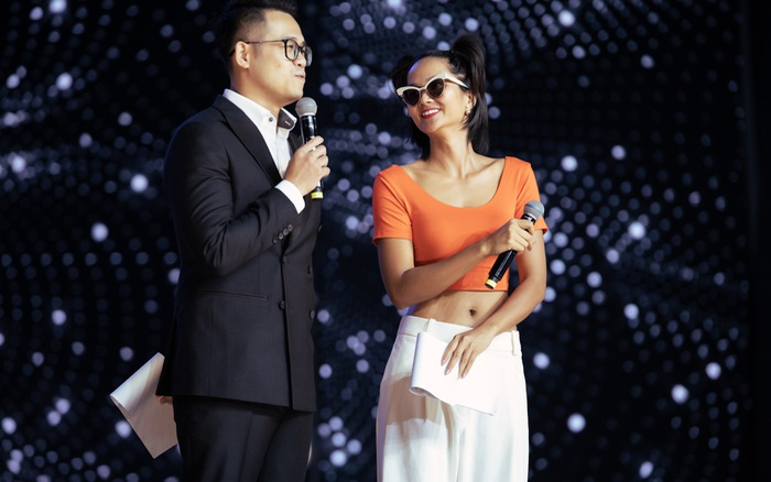 H'Hen Niê buộc tóc 2 bên... làm MC trong tổng duyệt Hoa hậu Hoàn vũ Việt Nam