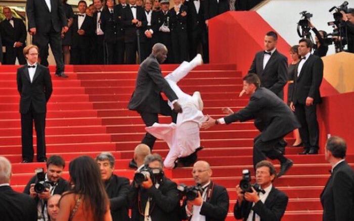 Quả cầu vàng 2020: Jason Derulo đen đủi, vấp ngã trên thảm đỏ