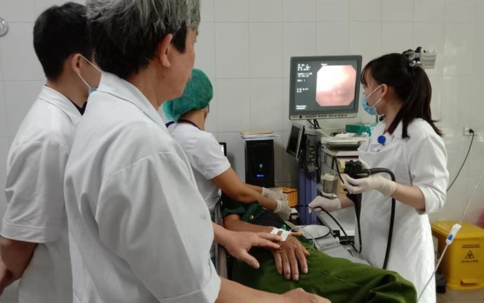 Vào viện cầu cứu bác sĩ vì mảnh xương gà cắm sâu vào thực quản