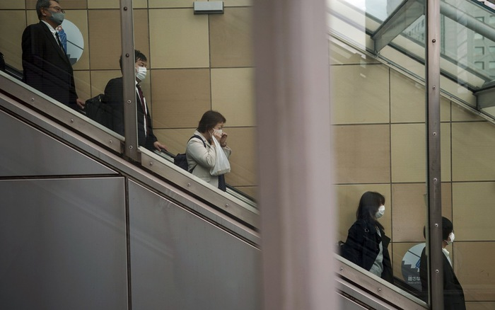 Nhật Bản yêu cầu người dân đeo khẩu trang tại nhà khi y tế quá tải