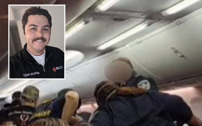 Mỹ: Nhân viên y tế hô hấp nhân tạo cho người mắc COVID-19 trên máy bay