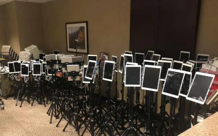 """Đau lòng hình ảnh những chiếc iPad """"xếp hàng"""" dài giúp bệnh nhân COVID-19 từ biệt người thân"""