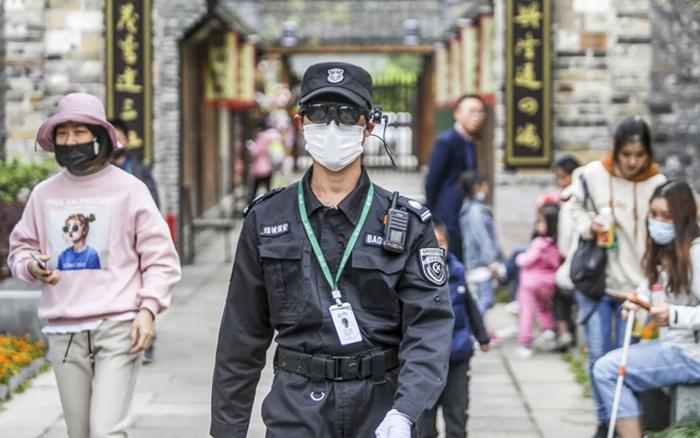 Trung Quốc dùng kính thông minh đo thân nhiệt