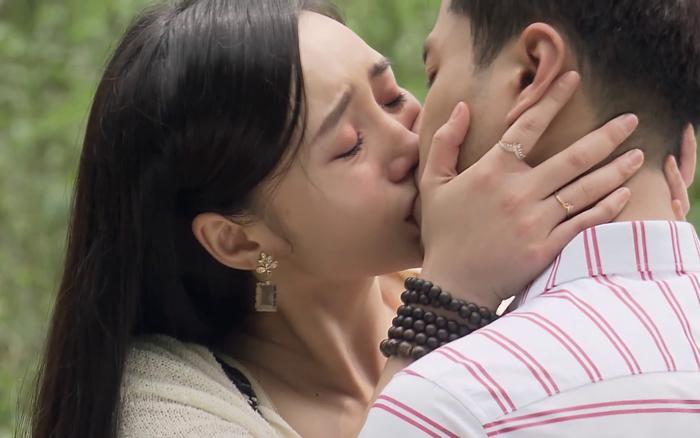Đừng bắt em phải quên - Tập 30: Ngọc chủ động hôn Duy trong nước mắt, kết phim ngọt ngào