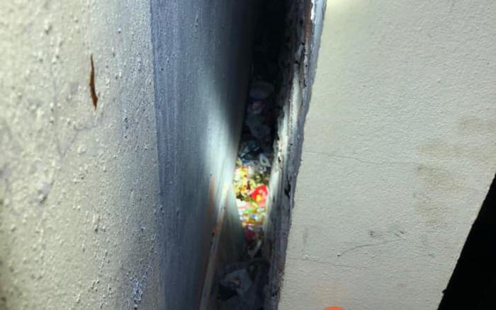 Giải cứu trẻ sơ sinh bị bỏ rơi giữa khe tường