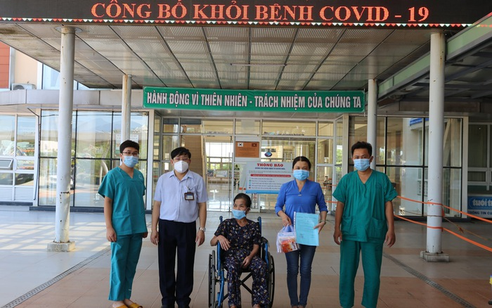 Bệnh nhân từng bị tai biến mạch máu não chiến thắng COVID-19 trở về với gia đình