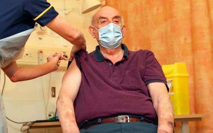 Anh tiếp tục là nước đầu tiên cho tiêm vaccine của AstraZeneca