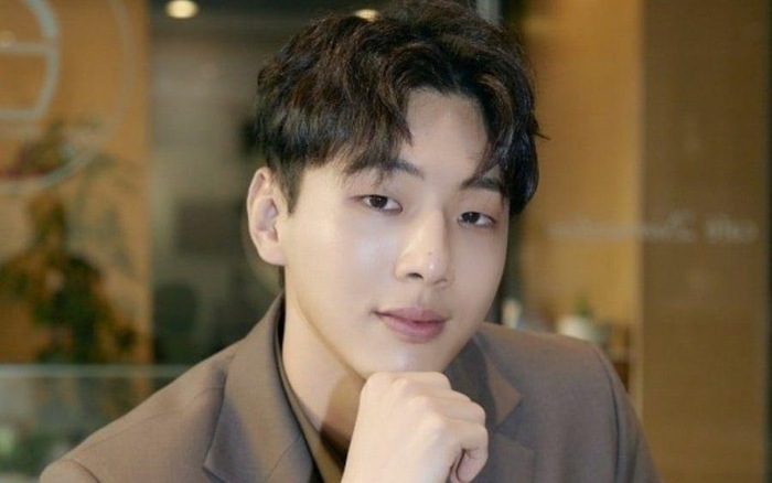 Ji Soo bị cắt vai khỏi phim mới và sẽ nhập ngũ vào tháng 10/2021