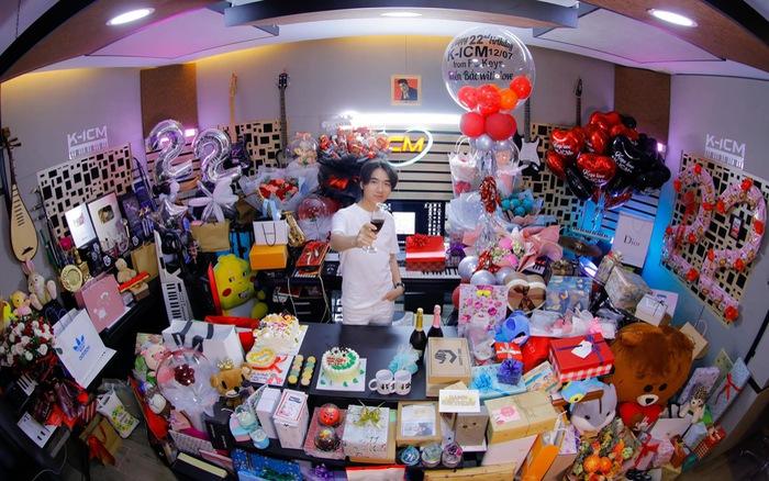 K-ICM ngập trong quà nhân sinh nhật tuổi 22
