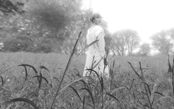 """Taylor Swift tung phiên bản gốc của """"The Lakes"""" kỉ niệm một năm phát hành album """"Folklore"""""""