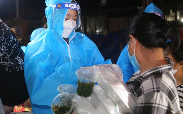 Ba Hoa hậu Đỗ Hà, Mỹ Linh, Thùy Linh mặc đồ bảo hộ phát cơm cho người nghèo