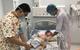 Với ca nước sôi trên bàn, bé 18 tháng bị nước đổ gây phỏng 50% cơ thể